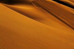 红色沙丘、形状和阴影在日落 免版税库存照片