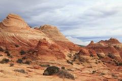 红色沙丘和石沙漠 库存图片