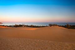 红色沙丘在日落的美奈,越南 免版税库存照片