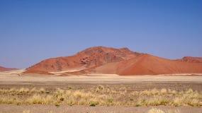 红色沙丘在纳米比亚沙漠 免版税库存图片