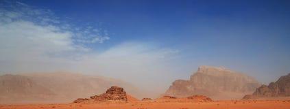 红色沙子和黑暗的岩石,瓦地伦,约旦剧烈的风景  库存照片