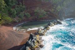红色沙子海滩风景哈纳,毛伊 免版税图库摄影