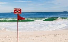 红色没有游泳在里约热内卢禁止了在海滩的标志 库存照片