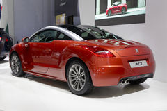红色法国人标致汽车rcz汽车背面图 免版税库存图片