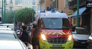 红色法国消防员卡车在街道首先抢救停放 股票录像