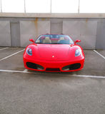 红色法拉利汽车停放了-昂贵的汽车象 库存图片