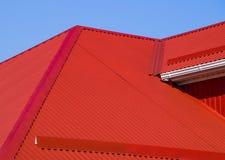 红色波纹状的屋顶 免版税图库摄影