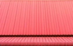 红色波纹状的金属板屋顶 库存照片