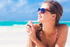 红色泳装的长发女孩在热带 库存照片
