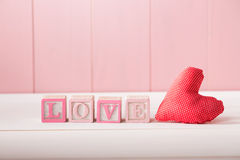 红色浪漫心脏以词爱 图库摄影