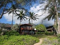 红色海滨别墅在Waimanalo在一美好的天 免版税库存照片