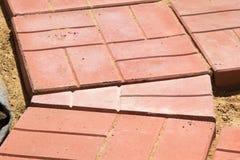 红色混凝土瓦未完成的大厦道路  免版税库存图片