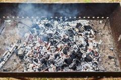 红色温暖的黑煤炭背景 免版税库存照片