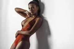 红色游泳衣的女孩 免版税库存照片