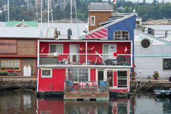 红色游艇在小游艇船坞,维多利亚,加拿大 库存图片