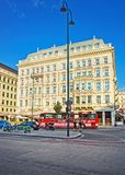红色游览公共汽车在Albertinaplatz的Sacher旅馆在维也纳 免版税库存照片