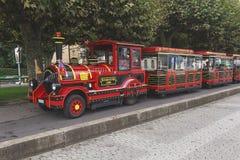 红色游览迷你火车在公园日内瓦 免版税库存图片