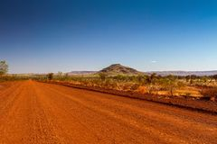 红色澳洲内地路在澳大利亚 免版税库存照片