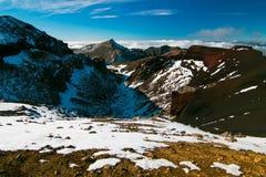 红色火山口、火山的风景与巨大的岩石和山在云彩上, Tongariro横穿, Tongariro北电路NZ 免版税图库摄影