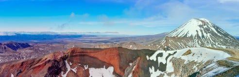 红色火山口和瑙鲁霍伊火山全景Tongarir的 免版税库存照片