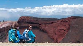 红色火山口的两个远足者 Tongariro横穿 图库摄影