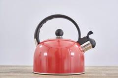 红色火炉水壶 免版税库存图片