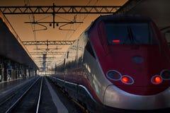 红色火车中止火车站平台光 免版税库存照片