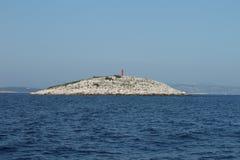 红色灯塔和大海 图库摄影
