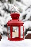 红色灯笼在庭院里 免版税图库摄影