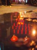 红色灯笼的反射 免版税库存图片