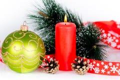 红色灼烧的蜡烛和xmas树装饰 免版税库存图片
