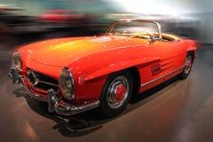 红色炫耀减速火箭的汽车 图库摄影