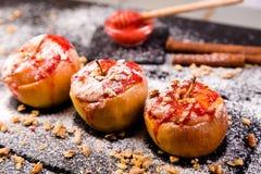 红色烘烤了苹果被充塞的酸奶干酪和格兰诺拉麦片用果酱 健康饮食的食物 免版税图库摄影