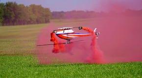 红色烟& RC直升机 库存图片