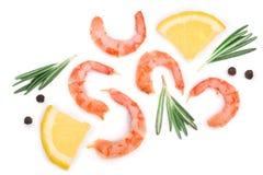 红色烹调了大虾或虾用在白色背景和干胡椒隔绝的迷迭香、柠檬 顶视图 平的位置 库存照片