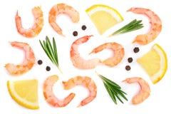 红色烹调了大虾或虾用迷迭香、柠檬和干胡椒在白色背景 顶视图 平的位置 库存照片