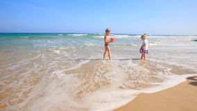 红色照片的母亲给箱子小女孩在海浪的男孩戏剧 股票录像