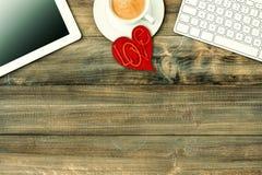 红色爱心脏,片剂个人计算机,咖啡 情人节工作场所 免版税库存照片