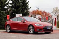 红色特斯拉模型S电车充电 库存照片