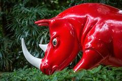 红色犀牛雕象  免版税库存图片