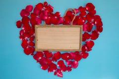 红色玫瑰和木板在心形 库存照片