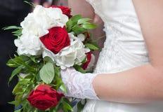红色玫瑰和白花婚礼花束  免版税图库摄影