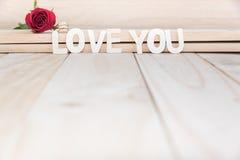 红色玫瑰和钻戒 免版税库存图片