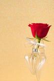 红色玫瑰和玻璃心脏 库存图片