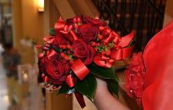 红色玫瑰新娘花束  免版税库存照片