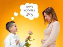 给红色玫瑰的小孩他的妈妈 免版税库存图片