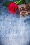红色玫瑰礼物箱子被抓的金属背景假日co 免版税库存图片
