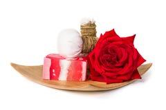 红色玫瑰肥皂草本温泉概念白色背景 免版税图库摄影