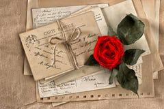 红色玫瑰花和老信件 葡萄酒明信片和纸 免版税图库摄影