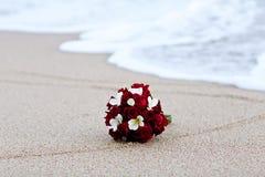 红色玫瑰花婚礼在海滩的花束花 免版税库存照片